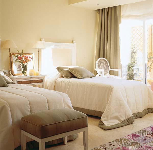 Design Eines Zimmers Mit Zwei Betten. Erstellen Sie Ein Gemütliches  Schlafzimmer Mit Zwei Einzelbetten