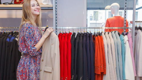 Надевать юбку на себя - для мужчины этот сон означает, что втайне вы хотели бы немного побыть женщиной, понять, каково это.