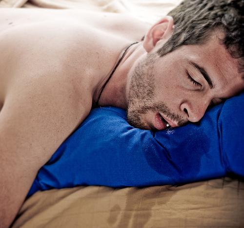 Слюна на подушке. Повышенное слюноотделение у взрослых: причины.